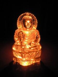 ろうそくの光をヒマラヤ水晶仏像の背後から当てたところ